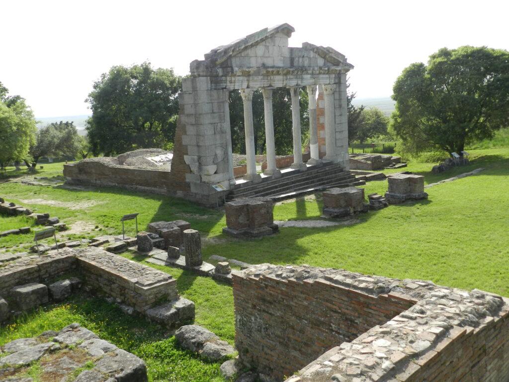 Parcul Arheologic Apollonia, Buleterionul și ruinele arcului triumfal